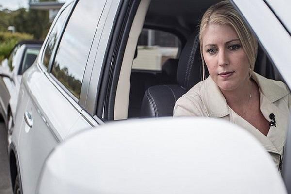 Chỉnh gương khi đánh lái lùi xe ô tô