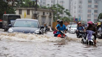 Kinh nghiệm lái xe qua đường ngập nước không thể thiếu mùa mưa